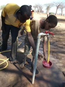 Pozzo d'acqua a Miraka, Tanzania