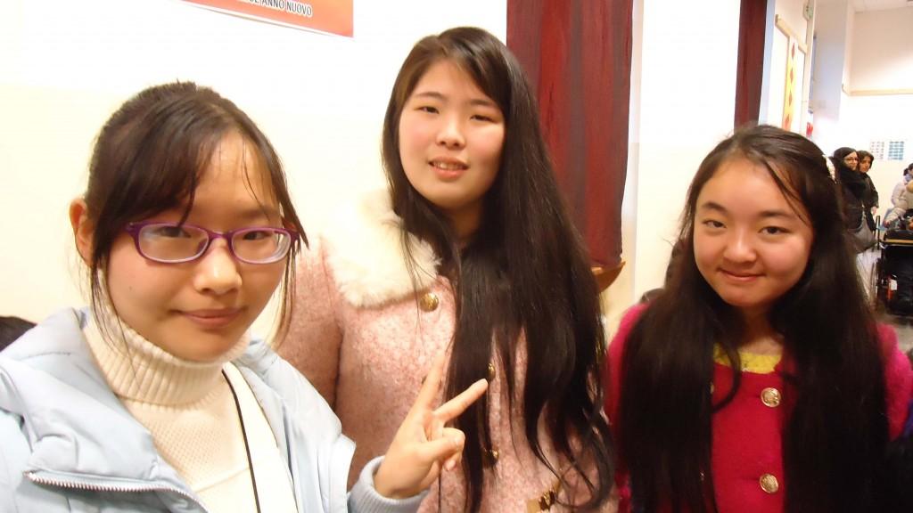 Ragazze della comunità cinese che presentarono i loro canti durante la festa