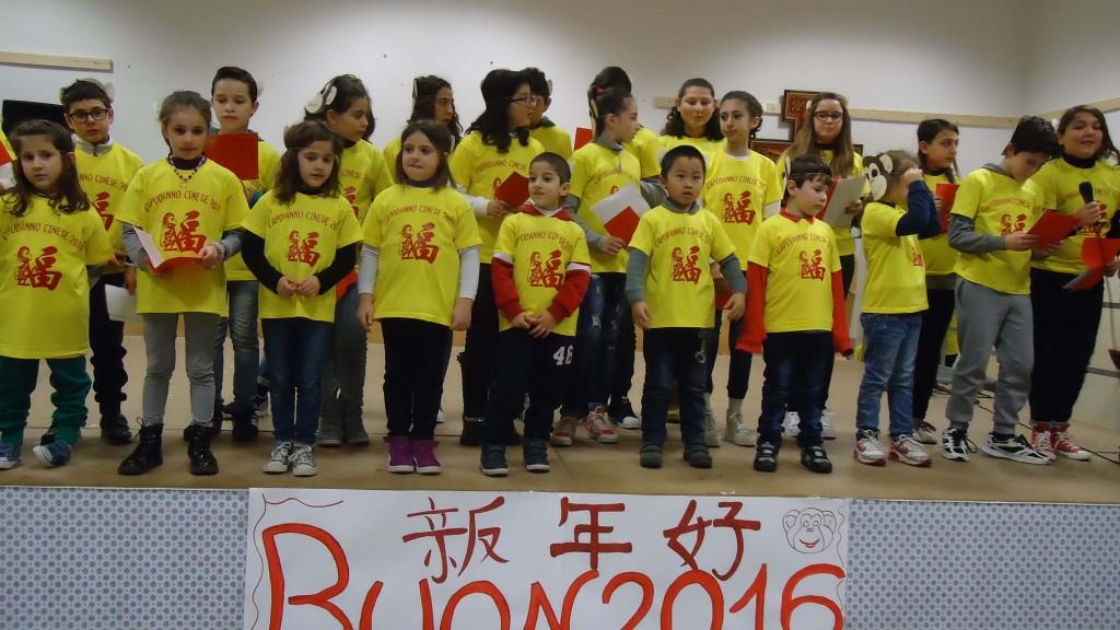 Gruppo di bambini della comunità di migranti di Martina Franca offre un canto durante la festa.